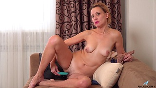 Trimmed pussy Oliya moans space fully playing to hand home and reaches an orgasm