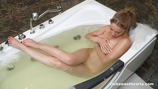 Solo fingering in the tub in her first amateur show