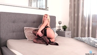 Watch amazing chick Serenity in stockings carrying-on with their way pussy